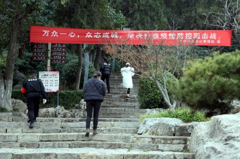 徐州开放式公园恢复开园 市民逛公园须戴口