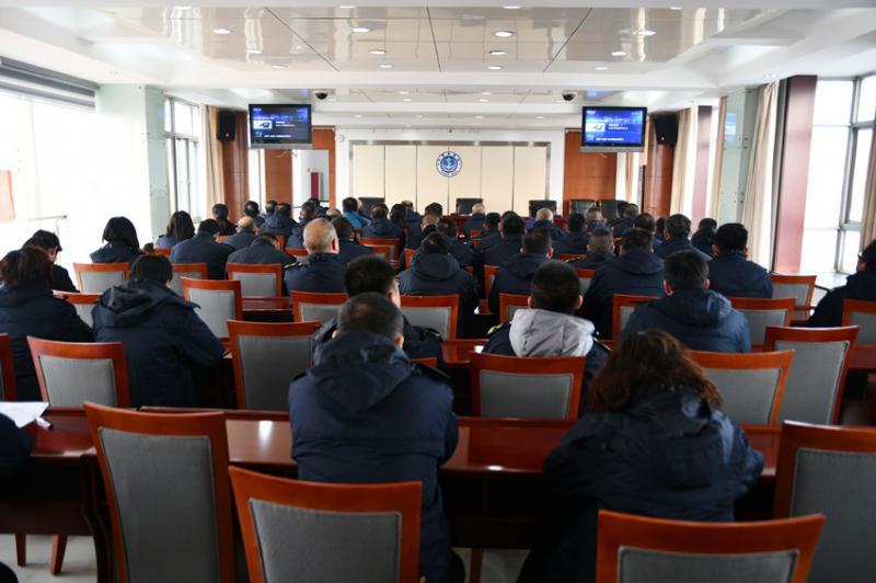 邳州市地方海事处组织执法人员观看《沉重的超载》