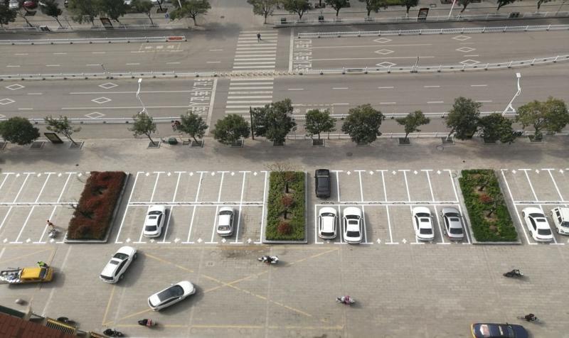 沛县城管局施划停车线 规范车辆停放秩序