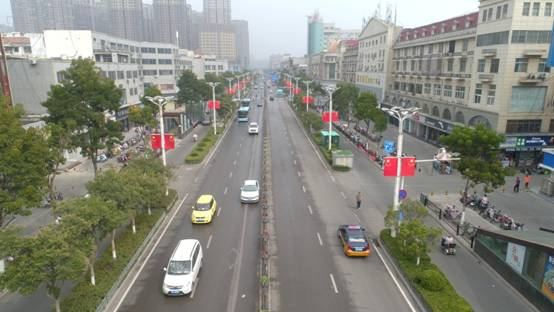 """迎国庆挂国旗 我县街头洋溢""""中国红"""""""