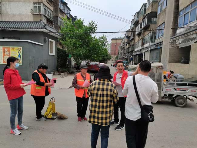 贾汪公路站组织青年志愿者发放 文明交通倡议书
