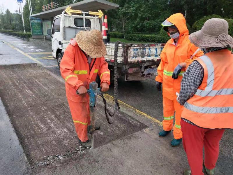 贾汪公路站:路面坑塘急处理平整路面保畅通