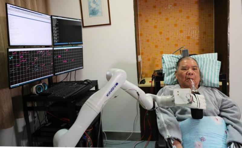 国内首例!72岁高位截瘫患者用意念喝上无糖可乐
