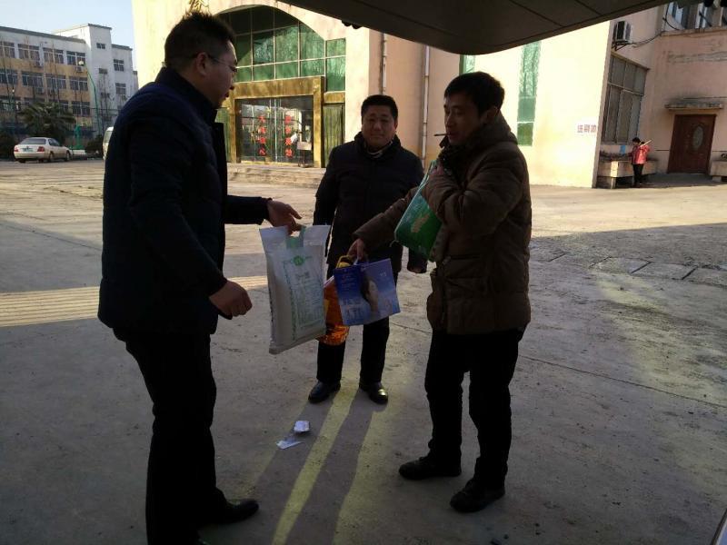 柳新中学2018年春节送温暖活动走进教师家庭