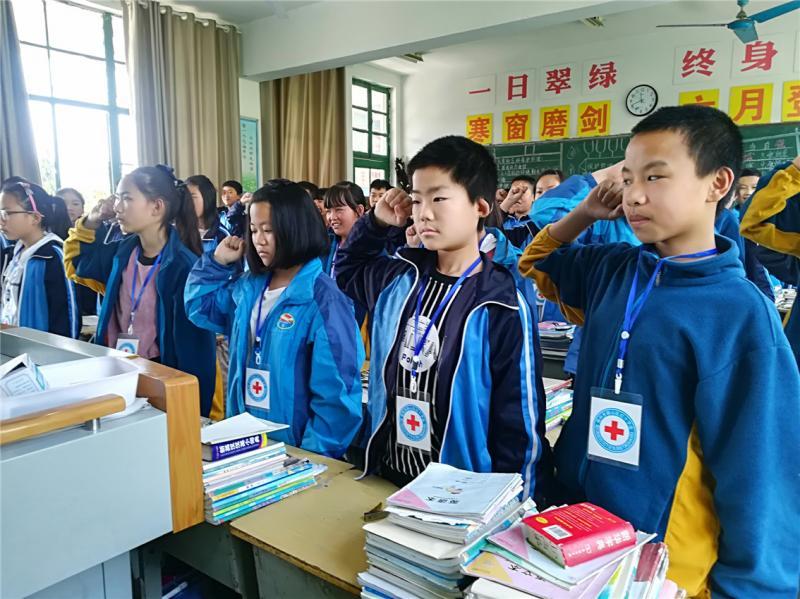 """柳新镇中心中学举行""""五.八""""世界红十字日宣传活动"""