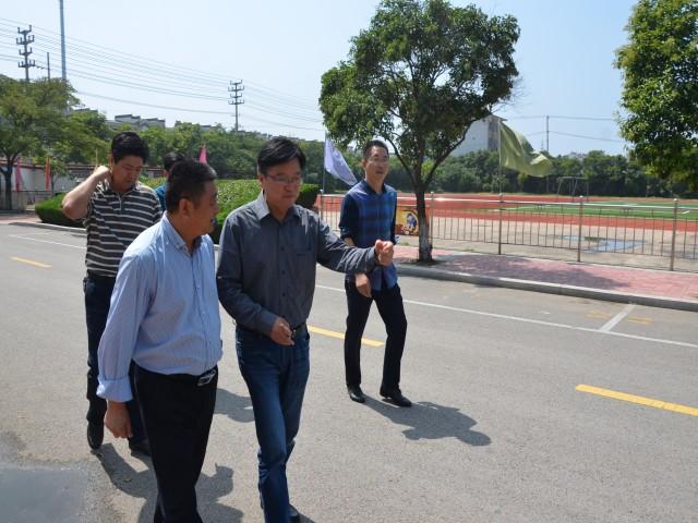 吴亮局长视察柳新镇中心中学校园建设