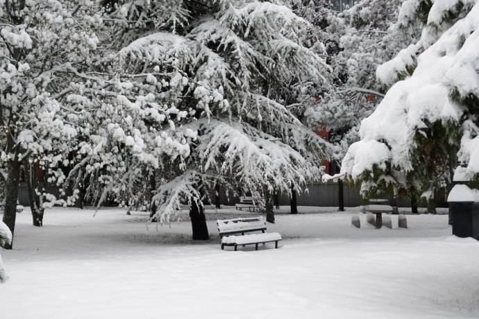 根据天气情况适当延迟上课、提前放学
